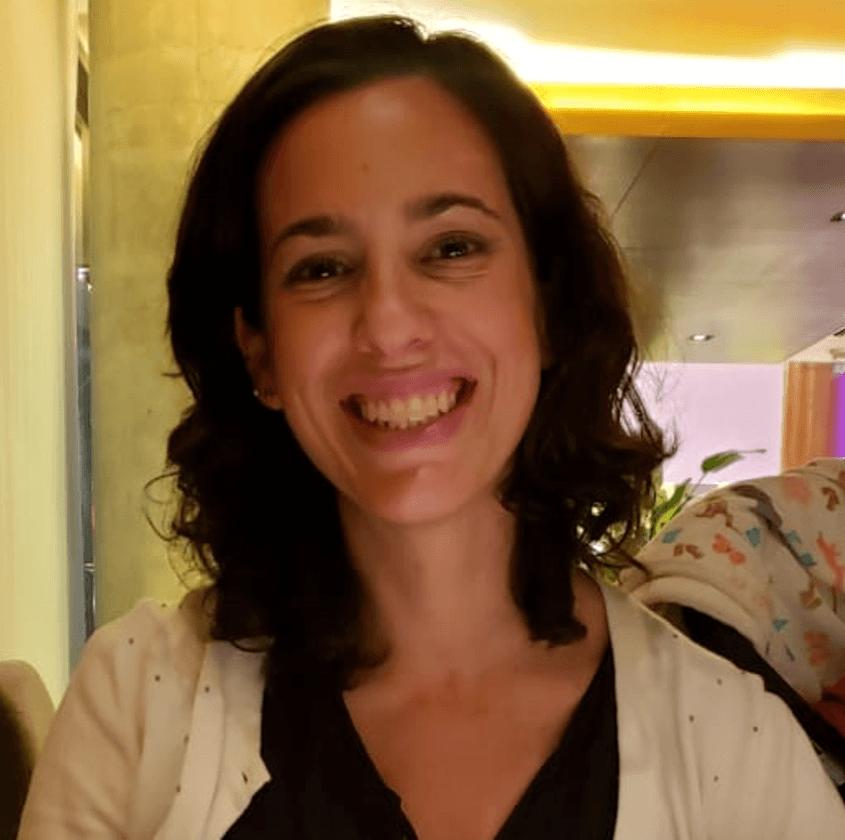 """""""Una de las cosas que más me gusta es poder asistir a webinars y charlas de interés, más allá del programa que estoy cursando"""" Cecilia Mariela, alumna de IEBS - Diseño sin título 47"""